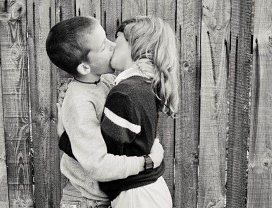 kids kising landscape